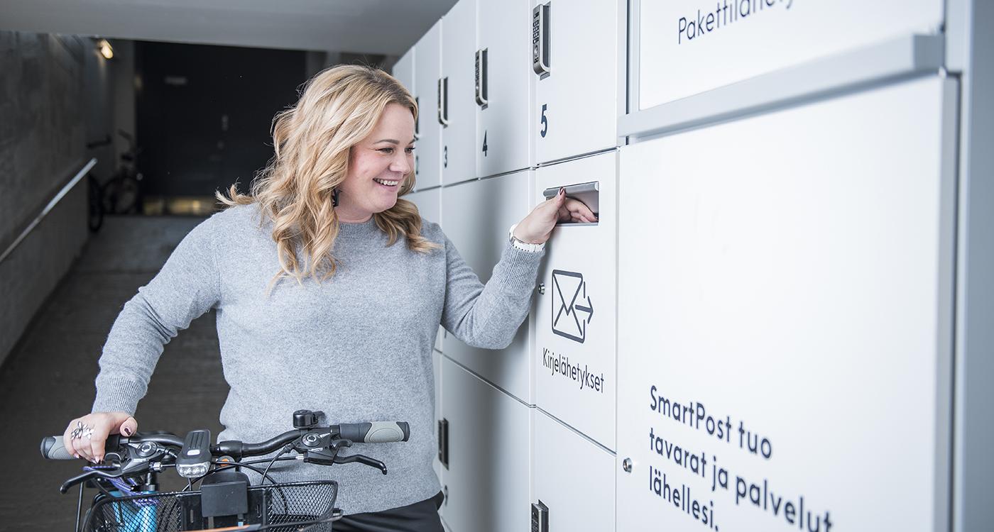 Smartposti palvelu Helsingin Hernesaarenkatu 17:n Lumo-talossa.