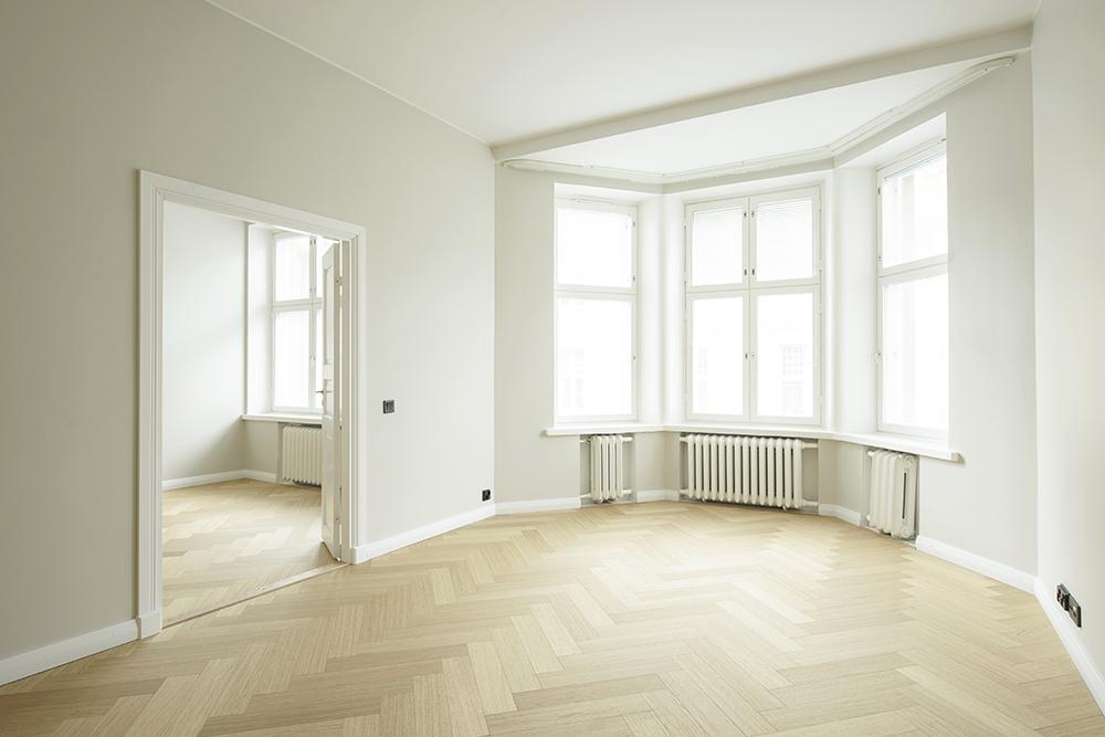 Kuva asunnosta sisältä, Korkeat ikkunat, erkkeri ja kalanruotoparketti.